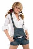 Menina bonita nos shorts brancos da camisa e das calças de brim Imagem de Stock