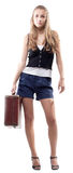 Menina bonita nos shorts com uma mala de viagem Fotografia de Stock Royalty Free