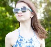 Menina bonita nos vidros Fotos de Stock