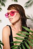 Menina bonita nos vidros cor-de-rosa Imagens de Stock Royalty Free