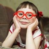 Menina bonita nos vidros sob a forma do coração Imagem de Stock Royalty Free