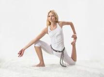 A menina bonita nova é contratada na ioga Fotografia de Stock