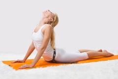 A menina bonita nova é contratada na ioga Fotografia de Stock Royalty Free