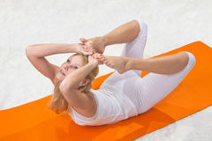 A menina bonita nova é contratada na ioga Imagem de Stock