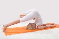 A menina bonita nova é contratada na ioga Imagens de Stock Royalty Free