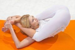 A menina bonita nova é contratada na ioga Fotos de Stock