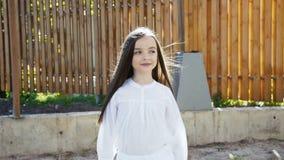 A menina bonita nova anda com poses no manege na câmera filme