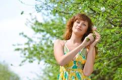 A menina bonita nova anda na primavera pomar de maçã verde Imagens de Stock