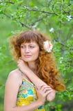 A menina bonita nova anda na primavera pomar de maçã verde Fotos de Stock Royalty Free