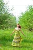 A menina bonita nova anda na primavera pomar de maçã verde Imagem de Stock