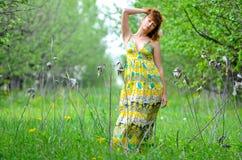 A menina bonita nova anda na primavera pomar de maçã verde Imagem de Stock Royalty Free