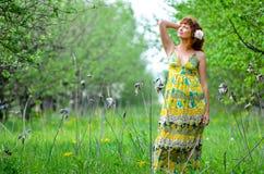 A menina bonita nova anda na primavera pomar de maçã verde Fotos de Stock