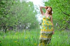 A menina bonita nova anda na primavera pomar de maçã verde Foto de Stock Royalty Free