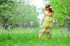 A menina bonita nova anda na primavera pomar de maçã verde Foto de Stock