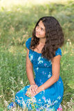 Menina bonita nova com cabelo encaracolado fora Fotografia de Stock