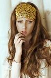 A menina bonita nova com cabelo longo e o ouro formam a coroa Imagens de Stock Royalty Free