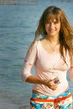 Menina bonita nova com cabelo longo no mar Imagem de Stock