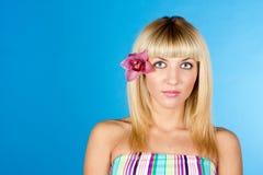 Menina bonita nova com a flor no retrato do cabelo Foto de Stock Royalty Free