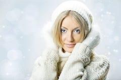Menina bonita nova com mitten branco Fotografia de Stock Royalty Free