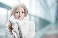 Menina bonita nova com mitten branco Imagens de Stock Royalty Free