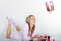 A menina bonita nova com presentes Imagem de Stock Royalty Free
