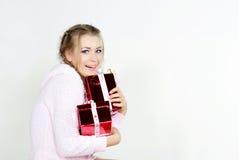 A menina bonita nova com presentes Fotografia de Stock