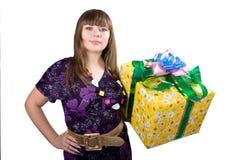 A menina bonita nova com uma caixa de presente Fotos de Stock Royalty Free