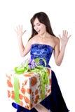 A menina bonita nova com uma caixa de presente Fotografia de Stock Royalty Free