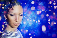Menina bonita nova com uma composição de ano novo no partido de ano novo Foto de Stock