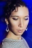 Menina bonita nova com uma composição de ano novo no partido de ano novo Imagens de Stock