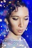 Menina bonita nova com uma composição de ano novo no partido de ano novo Fotografia de Stock Royalty Free
