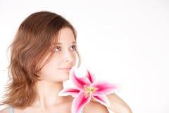 Menina bonita nova com uma flor fotografia de stock royalty free