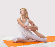 A menina bonita nova é contratada na ioga Imagem de Stock Royalty Free