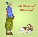 Menina bonita nova da mulher com o cão de cão do basset do melhor amigo Foto de Stock