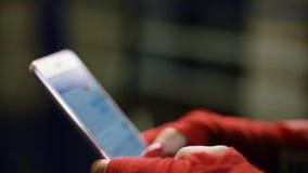 A menina bonita nova da mulher do latino disca o texto em um dispositivo do smartphone, é jogar, sorrindo Close-up video estoque
