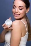 Menina bonita nova de Skincare- que toma de sua pele fotografia de stock