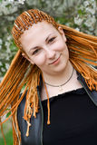 Menina bonita nova de sorriso com tranças africanas Fotos de Stock Royalty Free