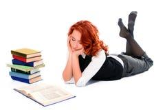 A menina bonita nova do estudante leu o livro Imagem de Stock Royalty Free