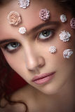 Menina bonita nova do nude romântico com as flores brancas em sua cara Fotos de Stock