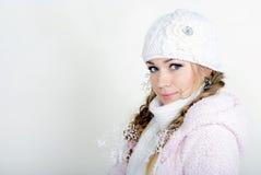 A menina bonita nova em um tampão branco Fotografia de Stock