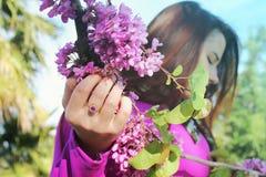 Menina bonita nova em um vestido cor-de-rosa brilhante com um anel cor-de-rosa sobre Foto de Stock Royalty Free