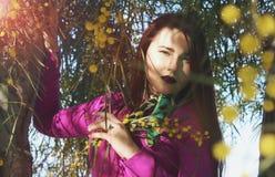Menina bonita nova em um vestido cor-de-rosa brilhante com um ramalhete do YE Imagem de Stock