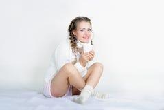 A menina bonita nova em uma caneca branca do lenço Imagem de Stock