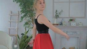 A menina bonita nova está aprendendo a dança de salão no estúdio vídeos de arquivo