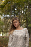 A menina bonita nova fotografou em um fundo da natureza Fotos de Stock