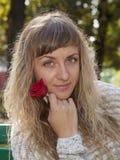 A menina bonita nova fotografou em um fundo da natureza Imagens de Stock