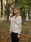 A menina bonita nova fotografou em um fundo da natureza Foto de Stock Royalty Free