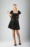 A menina bonita nova funde para fora bolhas de sabão Fotos de Stock