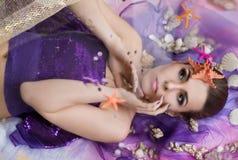 Menina bonita, nova, náutica com conchas do mar Imagem de Stock Royalty Free