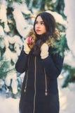 Menina bonita nova na floresta do inverno Imagens de Stock